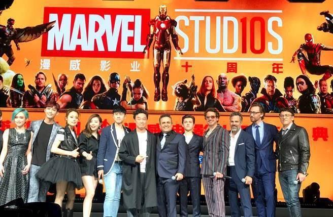 漫威電影10周年的上海慶典,應邀來表演陳奕迅站在正中位,小勞勃道尼被擠到旁邊。圖...