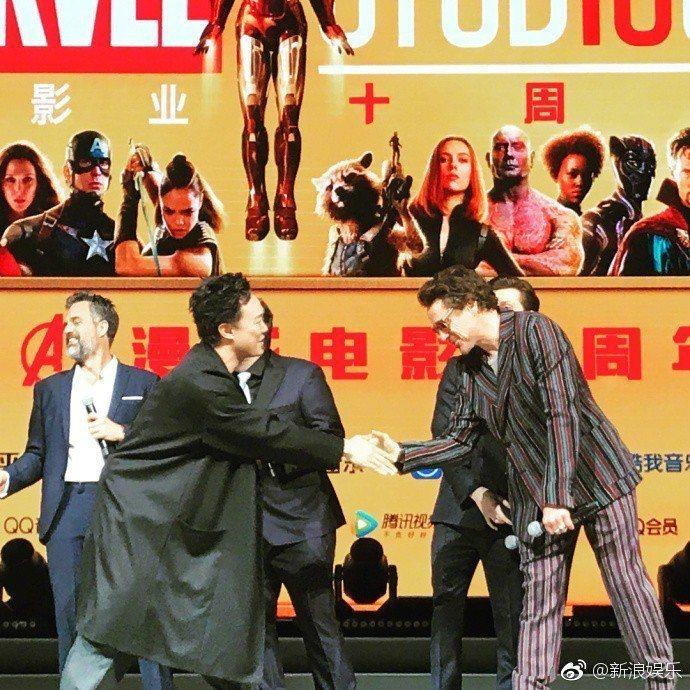 陳奕迅(左)與小勞勃道尼(右)握手致意。圖/摘自微博