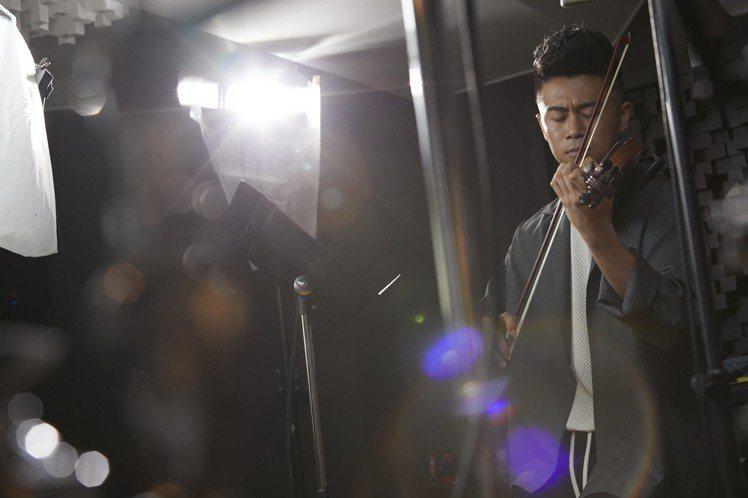 自幼習樂的詞曲創作家廖柏雅以小提琴進行歌曲創作。圖/萬寶龍提供