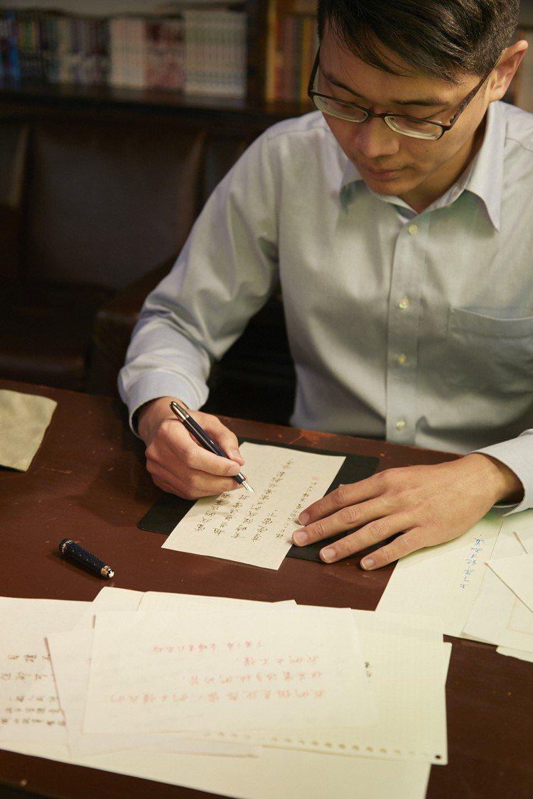暖心書寫家葉曄平日最常使用萬寶龍書寫工具。圖/萬寶龍提供