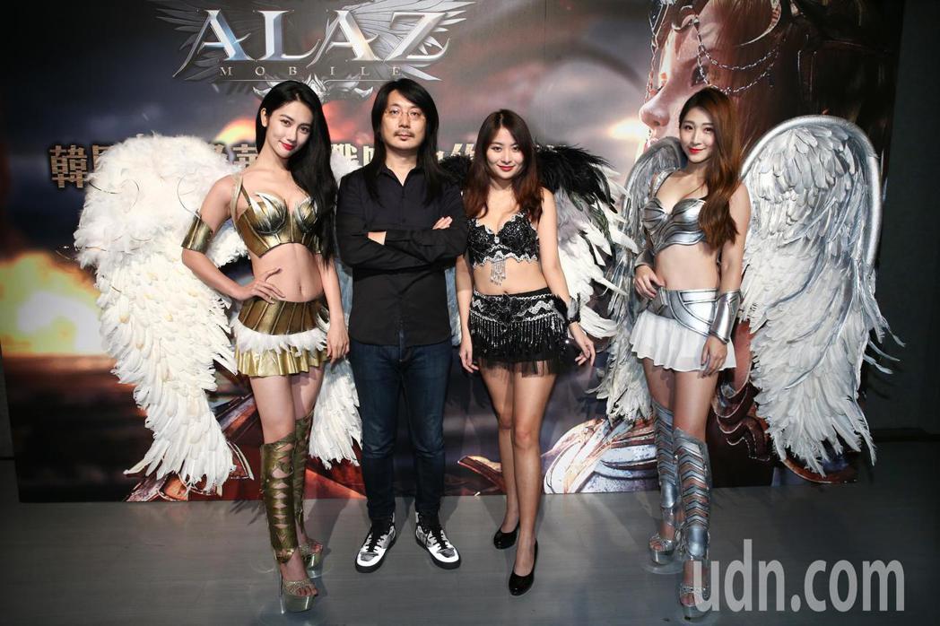 ALAZ天翼之戰手機遊戲研發總監池龍燦(左二)下午特地從韓國來台出席發表會。記者...