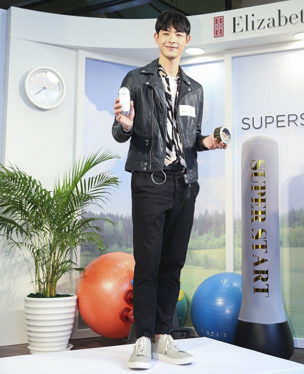 藝人連晨翔擔任一日店長。記者楊萬雲/攝影