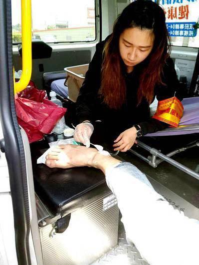 童綜合醫院隨行護理師隨同大甲媽遶境進香,照護香客各種病痛。圖/童綜合提供