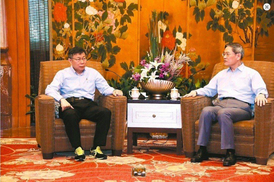 2017年台北市長柯文哲(左)雙城論壇到中國大陸國台辦主任張志軍(右)會面時穿著...