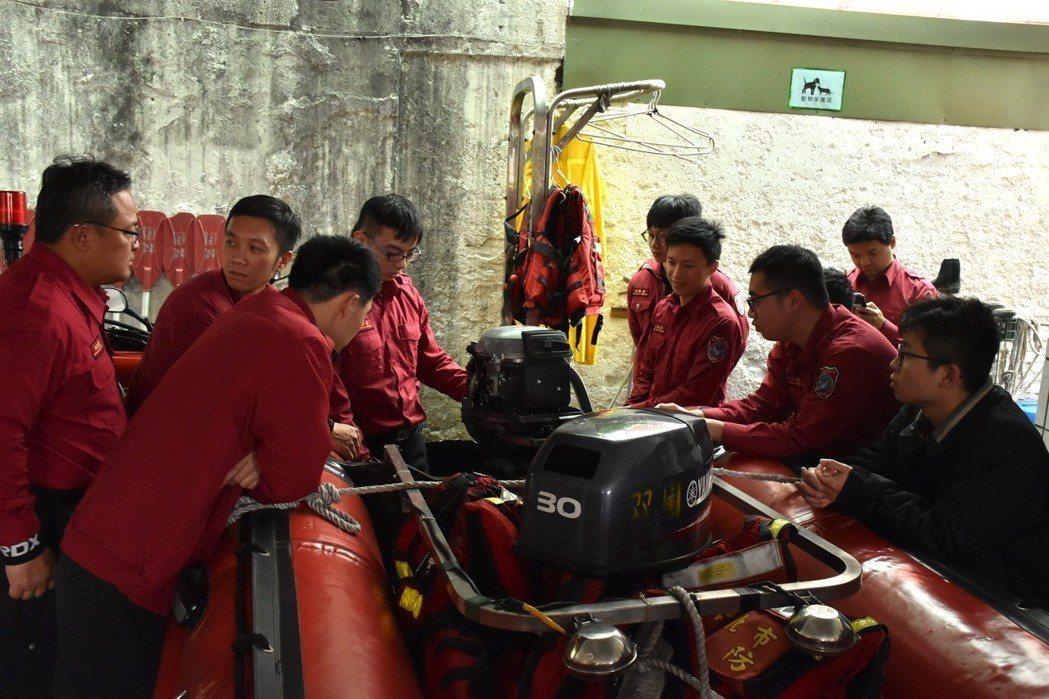 台北市消防局雙園分隊利用時間熟悉快艇操作方式。 記者蕭雅娟/攝影