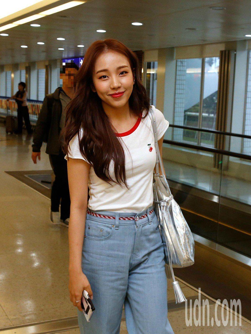 韓星白娥娟傍晚搭機抵達桃園機場,雖然這是她第一次訪台,但是白娥娟一下飛機就親切地...