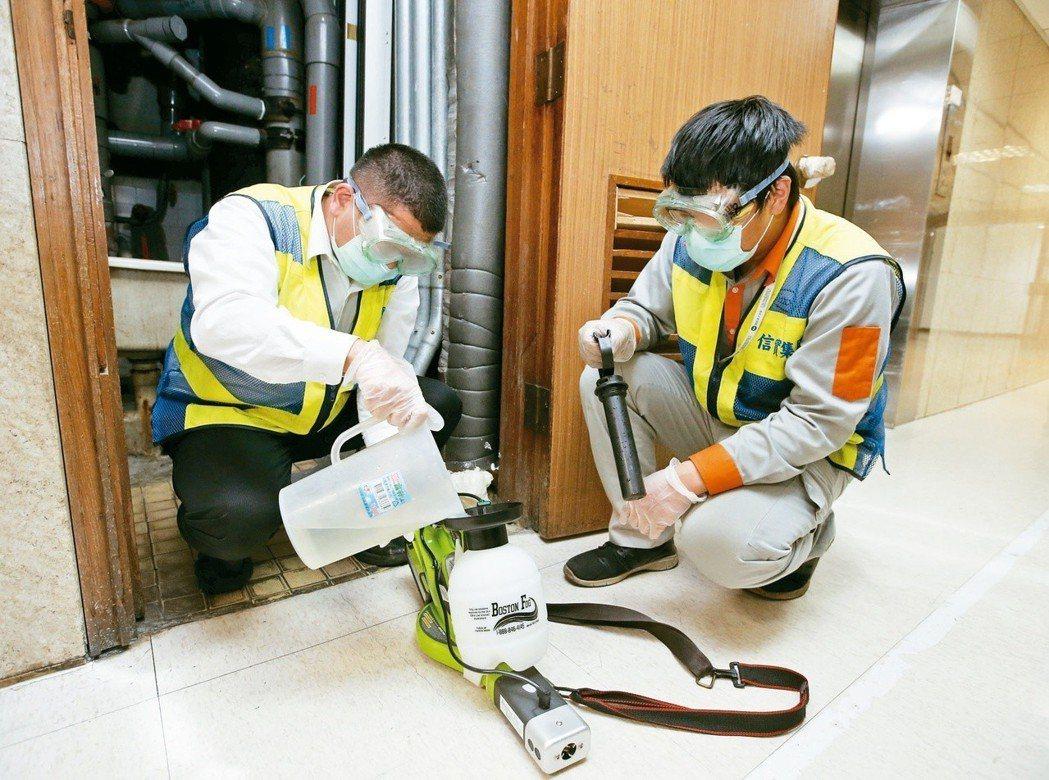 為避免台灣虎航麻疹群聚疫情擴大,桃園機場公司即起每天下午4時到5時進行消毒,圖為...