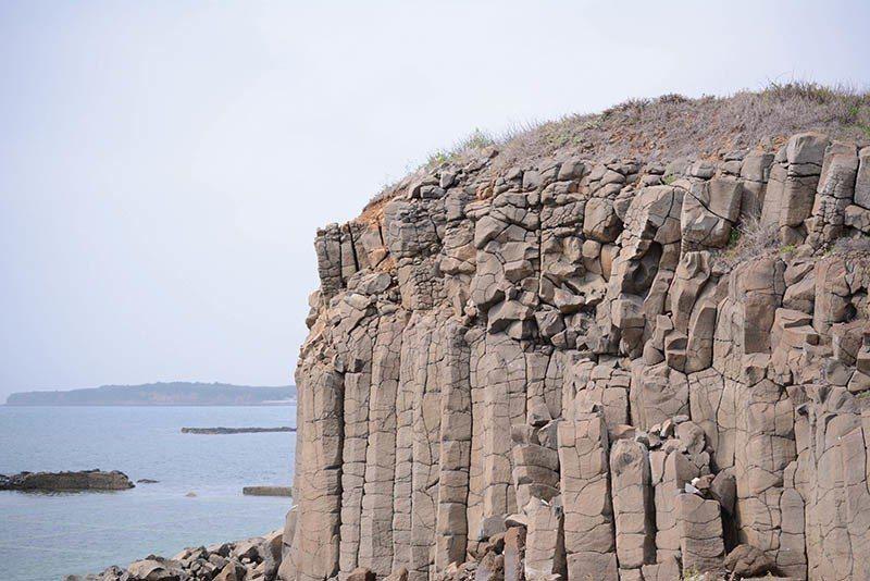 玄武岩在不同時間觀看,會因光線而產生不同的層次。