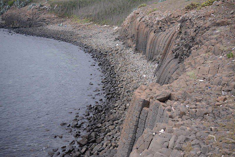 隨著時間風化的玄武岩柱看起來非常壯觀。