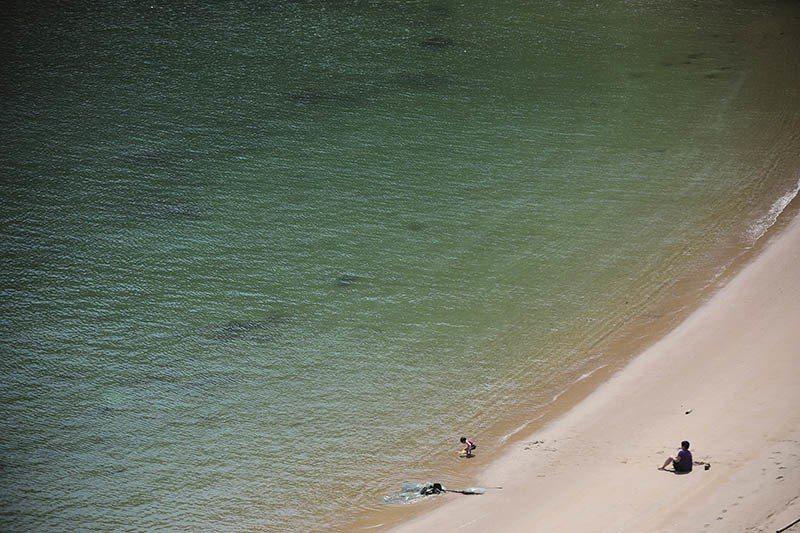 牛角聚落前的沙灘,白天是許多人從事水上活動的場域,當地居民也會到沙灘上戲水、曬太...