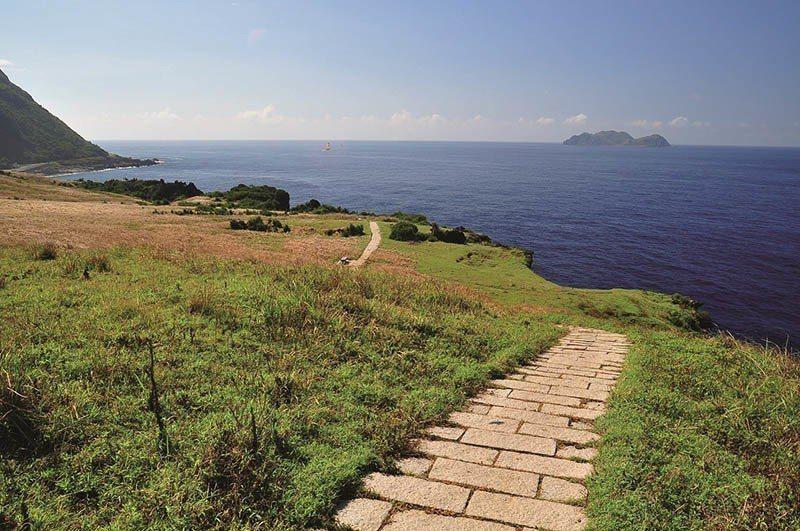 青青草原步道的終點可以看到小蘭嶼。