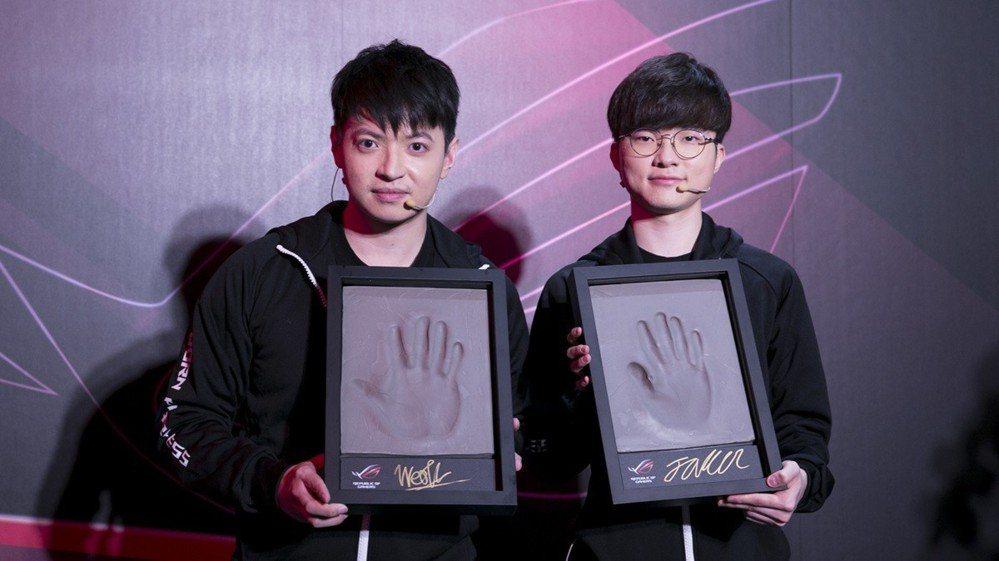 西門夜說(左)和Faker(右)留下紀念性的手印。