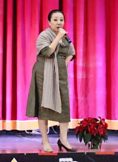 張花冠前年參加一場活動時,兩隻腳各穿一隻式樣、顏色不同的鞋。 圖/取自張花冠臉書
