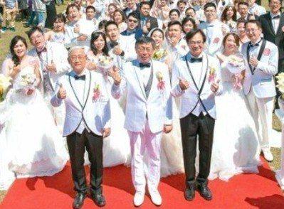 今年3月的台北市聯合婚禮,柯文哲進化了,不僅穿上白西裝、白皮鞋,連絕不打領帶的習...