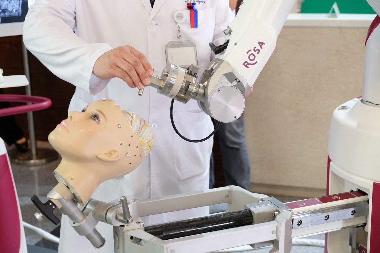 ROSA Spine 機械手臂運算軌跡,讓病患動腦神經手術時,免於開頭骨。記者張...