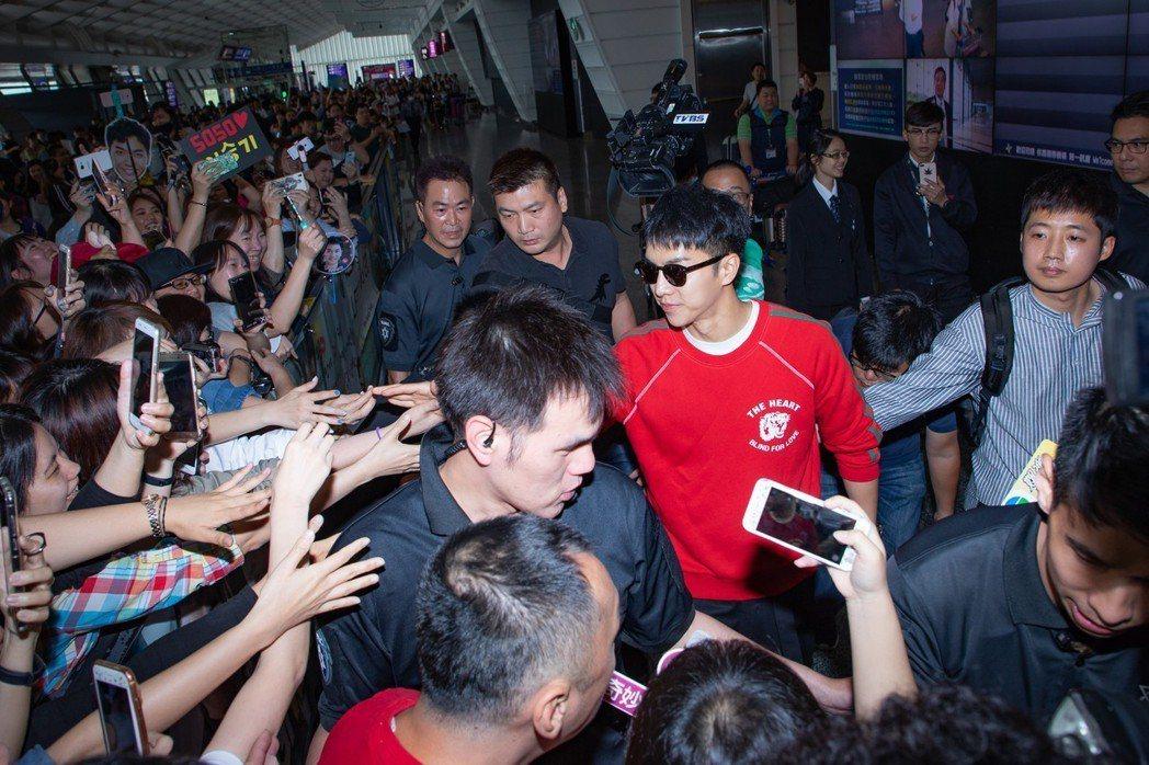 李昇基親切與粉絲互動。圖/華貴娛樂提供