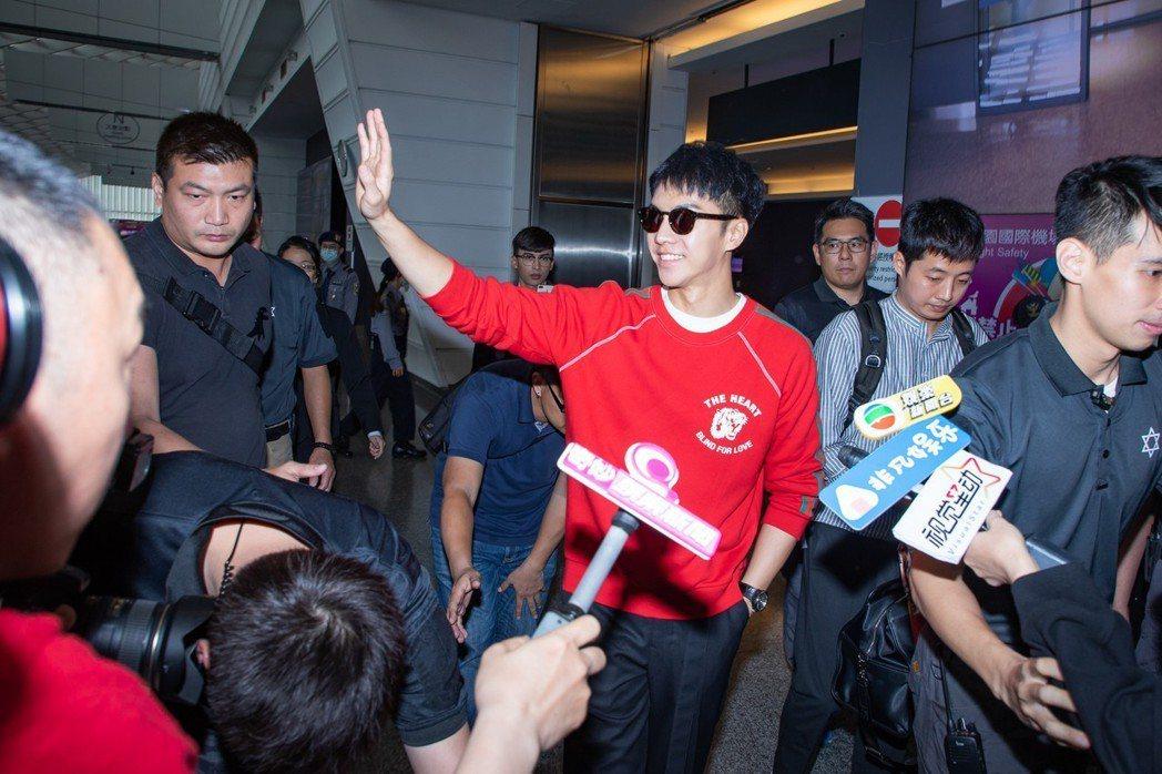 李昇基親切對粉絲揮手。圖/華貴娛樂提供