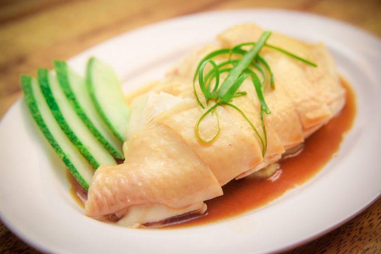 威南記海南雞飯,選用鮮嫩的雞肉吸收油脂與醬料。圖/微風提供