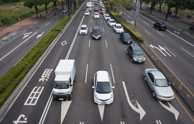 有網友抱怨不少用路人會佔用左轉車道直行,但他也認為台灣的交通號誌設計出問題,許多用路人也時常搞不清楚狀況。圖為示意圖。聯合報系資料照片/記者洪敬浤攝影