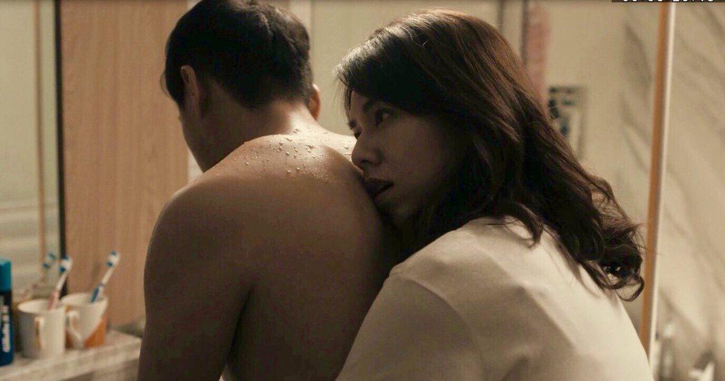夏于喬(左)、鄭人碩拍攝「薛丁格的貓」浴室激吻戲尺度大。圖/民視提供