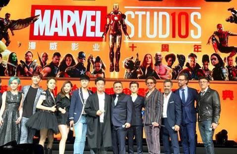 陳奕迅出席在上海迪士尼舉辦的「漫威電影10周年慶典」,合照站在正中位、把眾家漫威英雄片主角擠到一旁,又在致詞時不慎將他們講成漫威對手D.C.漫畫的著名角色「超人」,引來各方炮轟。他的好友、號稱「香港...