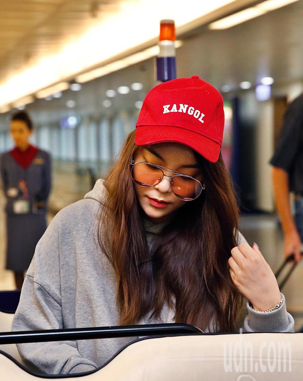 韓星Ailee李藝真傍晚搭乘KE-693班機低調抵台。記者鄭超文/攝影