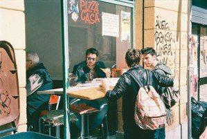 在波隆那,D跟我買了一個披薩,練習做一個道地的義大利人。