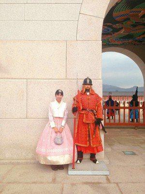 在景福宮前,穿著韓服與很像假人的人拍照。