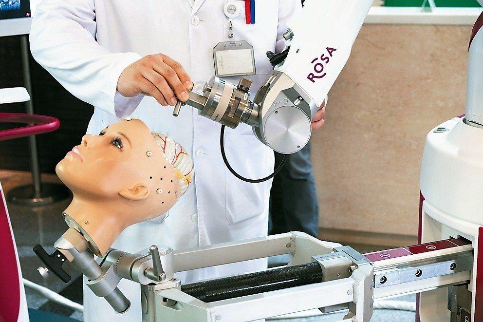 ROSA Spine 機械手臂精準度高,專門用於腦部、脊椎神經手術。 記者張曼蘋...