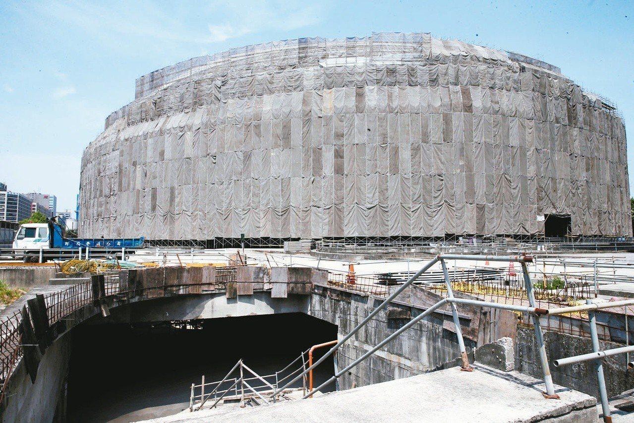 停工三年的台北大巨蛋,已成為台北市長柯文哲的沉重負擔。 圖/聯合報系資料照片