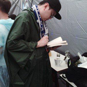 在「風和日麗連連看」音樂節後台簽書。