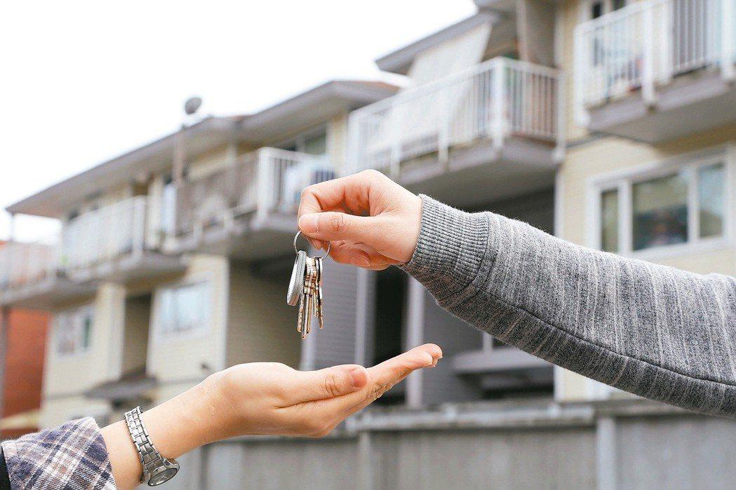 國人熱中贈屋節稅,但實價登錄上路後,買屋贈與未必划算,未來子女要賣屋,不僅省下的...