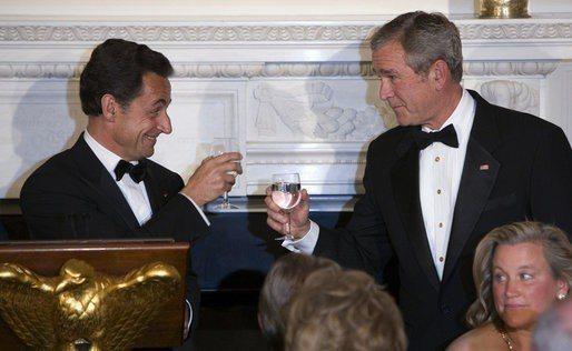 小布希在2007年11月6日宴請沙克吉,兩人相互舉杯敬酒。 圖/取自白宮網站