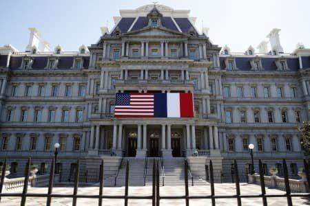 今年4月華府艾森豪行政大樓掛起美法兩國國旗,歡迎馬克宏來訪。 美聯社