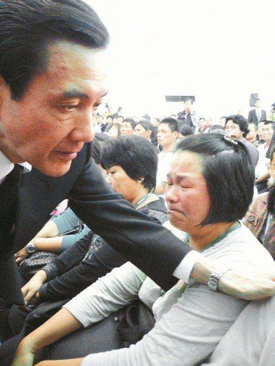 2009年高縣府舉行八八風災聯合公祭追悼罹難者,總統馬英九也出席,安撫家屬悲痛情...