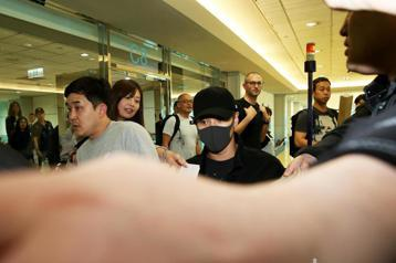 韓團SHINee成員之一的泰民,22日中午11時40分搭乘韓亞航空班機抵達桃園機場,將出席少女時代隊長太妍領銜的演唱會。泰民全身包得緊緊的下機,頭戴黑色運動帽、黑色口罩、黑色系衣褲,聚集等候多時的粉...