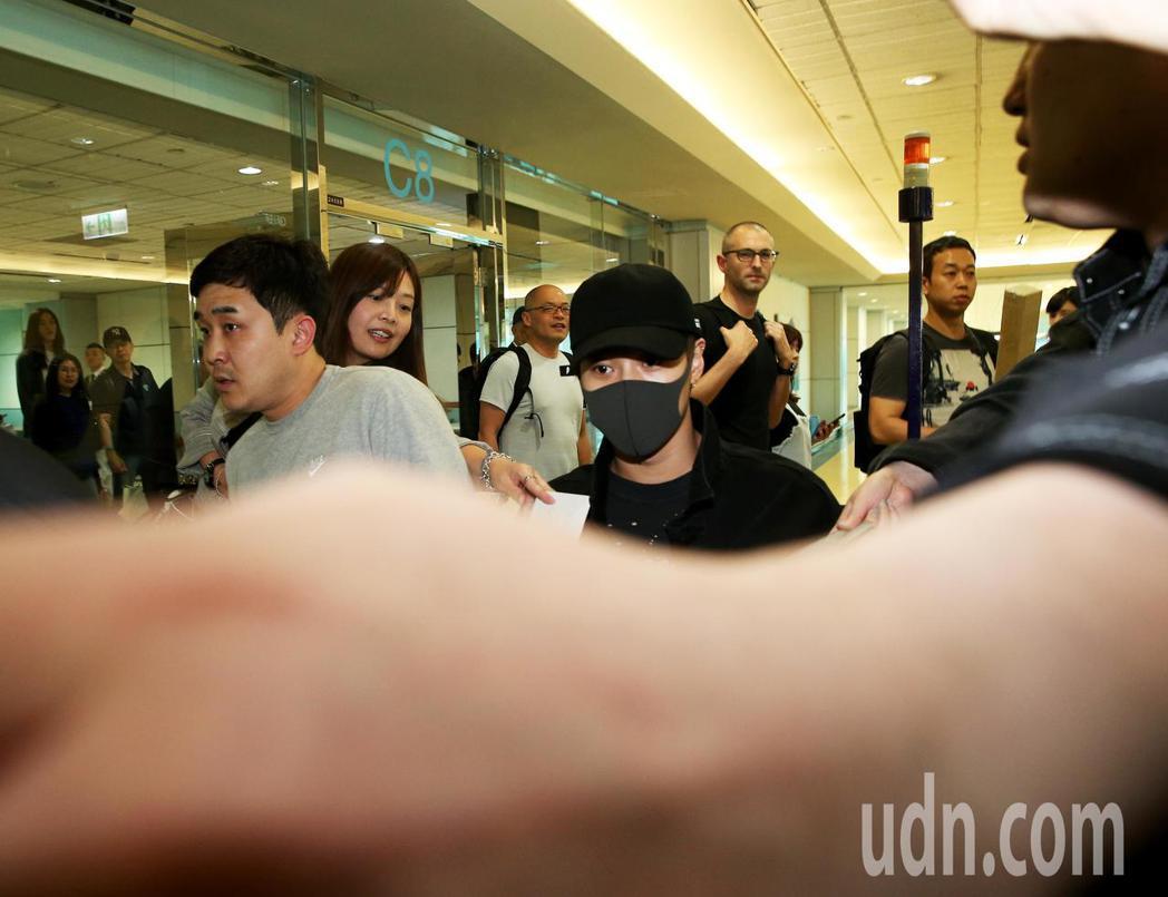 韓團SHINee成員之一的泰民,22日中午搭乘韓亞航空班機抵達桃園機場,保全粉絲...