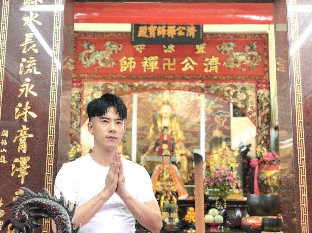 JR紀言愷因扮演濟公,返台就直奔靈源寺上香拜拜。圖/天晴音樂提供
