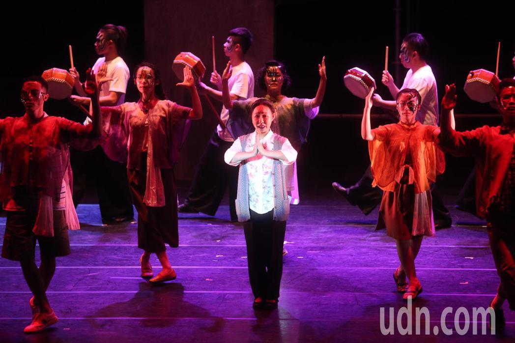 董事長樂團音樂劇《風中浮沉的花蕊》今天首演,藝人呂雪鳳(中)劇中演蔡昌憲的媽媽。