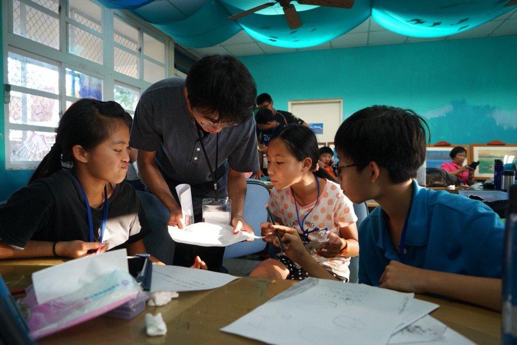 來自屏東縣琉球鄉的36位中、小學生,用平板拍攝、剪輯環保短片,盼來往遊客減少使用...