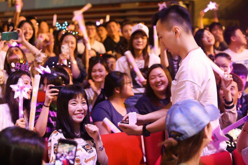 林俊傑在演唱會上幫歌求婚。圖/JFJ Productions提供