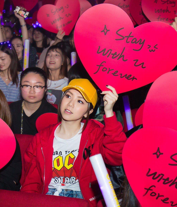 林俊傑即興演奏了一小段「手心的薔薇」,特別獻給來到現場支持自己的好朋友鄧紫棋。圖...