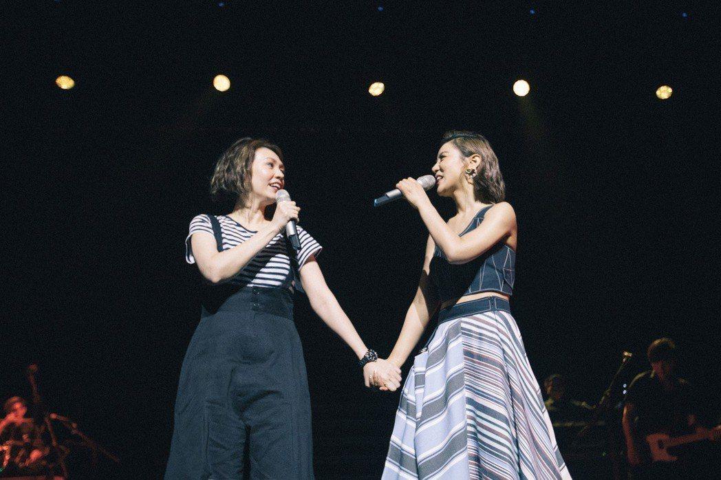 丁噹回歸歌手身份與新加坡歌迷相見,邀陳潔儀(左)到場欣賞。圖/相信音樂提供