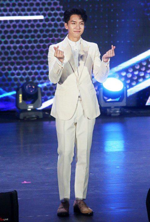 在《花遊記》飾演孫悟空的韓星李昇基今晚在台北國際會議中心舉辦見面會,吸引不少熱情粉絲參加,李昇基也照顧全場粉絲,破例在舞台上讓大家用手機拍照。