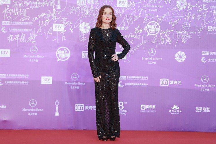 法國影后伊莎貝雨蓓應邀出席北京國際電影節閉幕式。圖/摘自微博