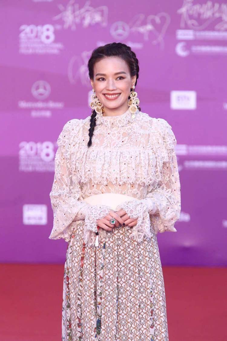 舒淇以「天壇獎」評審身分走上紅地毯時,服裝有民族風,髮型可愛俏皮。圖/摘自微博