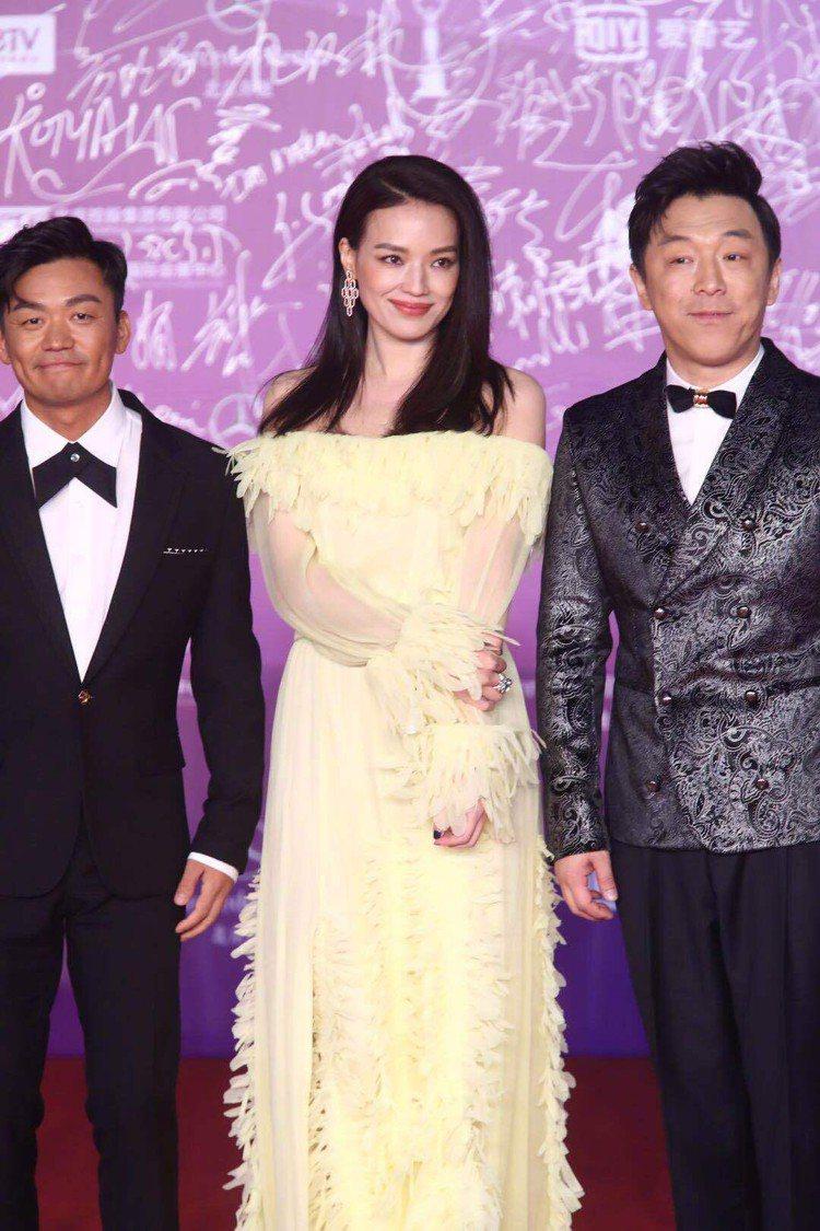 舒淇與黃渤、王寶強一起出現,則換上優雅迷人的裝扮。圖/摘自微博