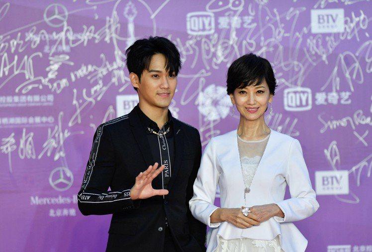 趙雅芝與兒子黃愷杰一起出席北京國際電影節閉幕式。圖/摘自微博