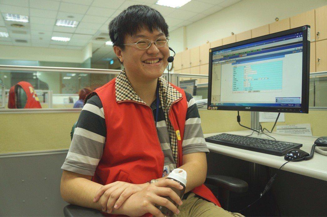 隨兩岸開放,高市1999話務員詹俊賢也接到不少跨海尋親案件。 圖/高市1999話...