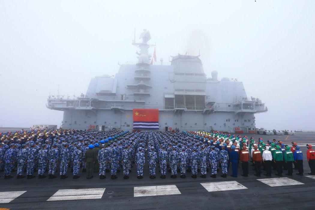 中共海軍建立69周年,遼寧艦編隊部分官兵在飛行甲板宣誓。(中新社)